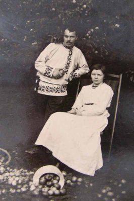 Максим и Анастасия Губины. Постановочное свадебное фото в украинских костюмах. 1916 год