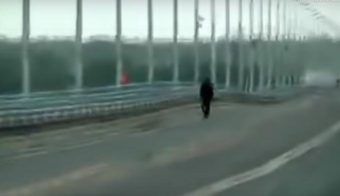 «Пляска» моста в Волгограде (скриншот с кадров видео. 2010 год)