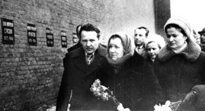 К сыну. Кремлевская стена - место захоронения Юрия Гагарина