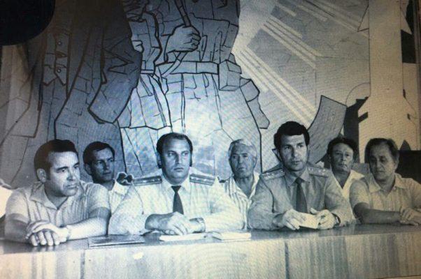 Во время приезда дважды Героя Советского Союза космонавта Юрия Малышева (Б.П. Рогулин на заднем плане)