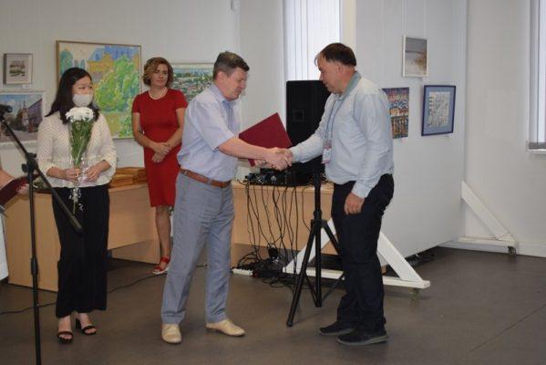 Юрий Бачурин вручает благодарственное письма главы города старшему научному сотруднику Николаю Савеко (пресс-служба администрации Камышина)