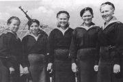 Экипаж катера-тральщика Т-611 (слева направо): Агния Шабалина, Вера Чапова, Татьяна Куприянова (командир), Вера Ухлова и Анна Тарасова