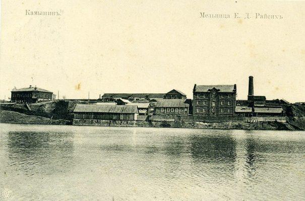 Мельница Е.Д. Райсиха и его дом (слева). Почтовая карточка (ориентировочно 1907-13 годы)