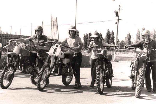 Участник мотогонок В.М. Ольхов (крайний слева)