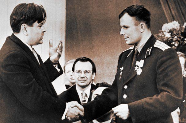 Два Героя Советского Союза Алексей Маресьев и Юрий Гагарин
