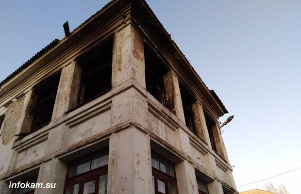 Сгоревшее крыло бывшей школы № 1