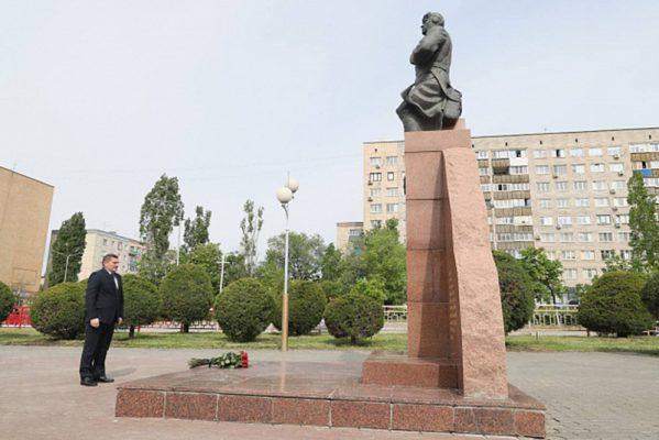 Андрей Бочаров у памятника А.П. Маресьеву (пресс-служба областной администрации)