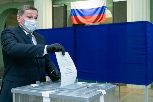 Губернатор Андрей Бочаров на участке для голосования (пресс-служба администрации Волгоградской области)