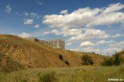 Вид на недостроенную больницу из оврага Кирпичный