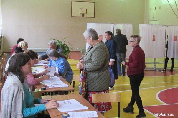 На избирательном участке (из архива infokam.su)