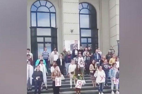На крыльце Белорусской филармонии (скриншот выступления)