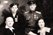 Семья Липкиных. Сидят: Николай Павлович и Татьяна Гаврииловна; стоят: Герман и Юрий. г. Камышин. 1946 год.
