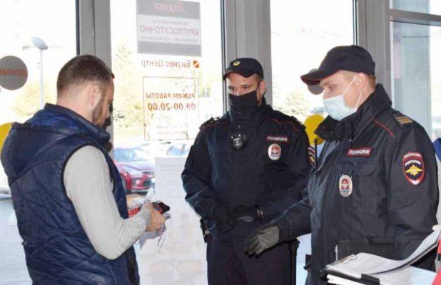 Патрульная группа в магазине (пресс-служба администрации Камышина)