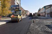 На улице Октябрьской началась укладка асфальта (пресс-служба администрации Камышина)