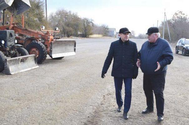 Станислав Зинченко и Александр Бауер на осмотре техники (пресс-служба администрации Камышина)