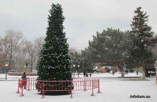 Искусственная ель в городском парке (пока без украшений)