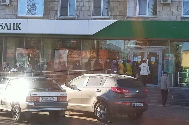 Камышин. Вход в офис Сбербанка на улице Ленина