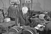 А.Ф. Иоффе с сотрудниками в лаборатории Института полупроводников. Примерно 1959 год.