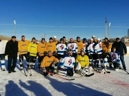 Участники хоккейного матча (пресс-служба администрации Камышинского района)