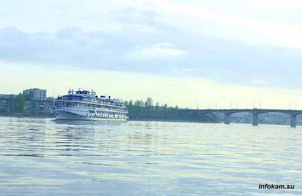 Теплоход «Александр Невский» покидает Камышин
