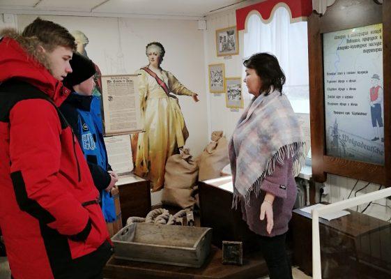 Первая экскурсия в новом музее (пресс-служба администрации Волгоградской области)
