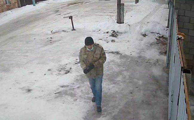 Подозреваемый (оперативные кадры с камеры наружного наблюдения)