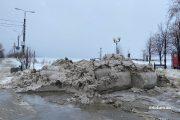 Куча грязного снега на улице Набережной