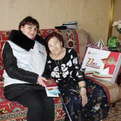 Зоя Яковлевна Склокина принимает поздравления от волонтеров Победы