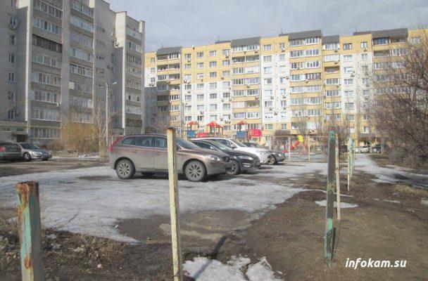 Камышин. 5 микрорайон. Часть детской площадки заняли автомобили