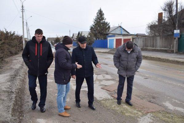 Мэр Камышина на улице Базарова (пресс-служба администрации города)