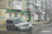 «Нива Шевроле» в яме в центре Камышина (22 марта 2021 года)