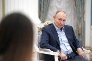 Владимир Путин на встрече с волонтерами (сайт президента страны)