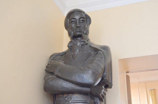 Микаэл Налбандян (монументальная медная статуя в Камышинском историко-краеведческом музее)