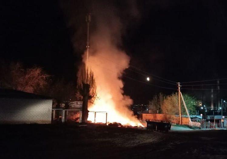 Мусорка горит рядом с детским садом в Камышине