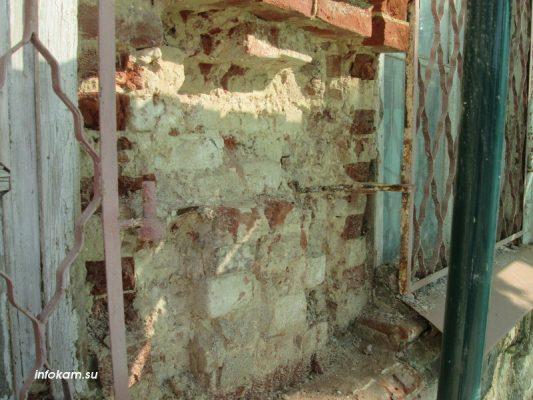 Часть выщербленной стены исторического здания