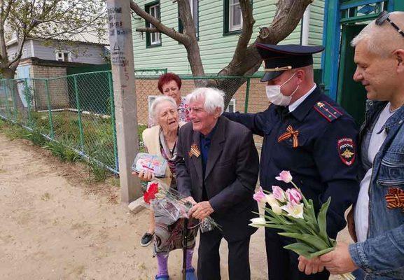 Михаил Сидорович Бондарь принимает поздравления
