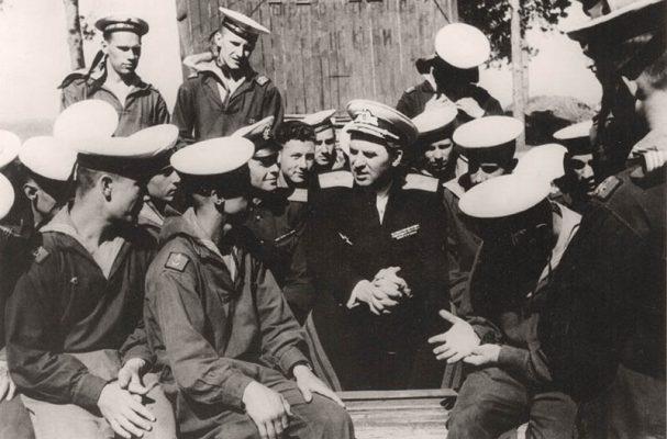 М.Н. Чибисов с курсантами Камышинского ВМАУ