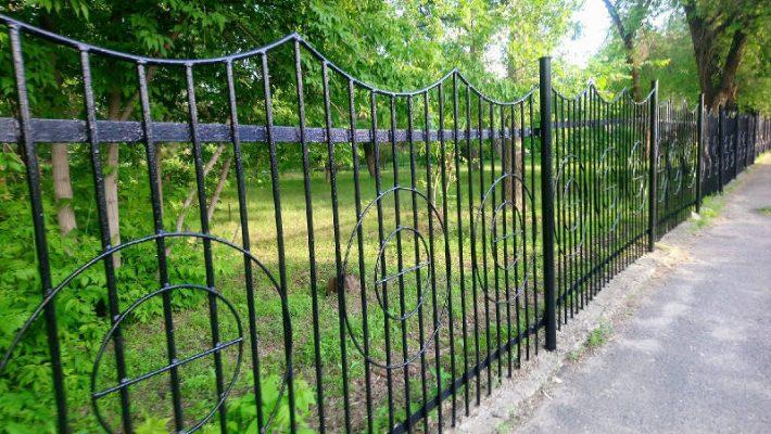 Черная ограда камышинского парка (фото Пётр Баранов)