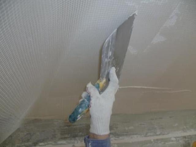 Выравнивание потолка с помощью армирующей сетки и штукатурки