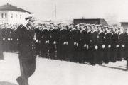 М.Н. Чибисов приветствует курсантов Камышинского ВМАУ на площади Павших борцов