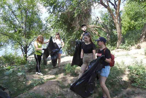 Уборка берега реки Камышинки (группа ВКонтакте Центра «Планета молодых»)
