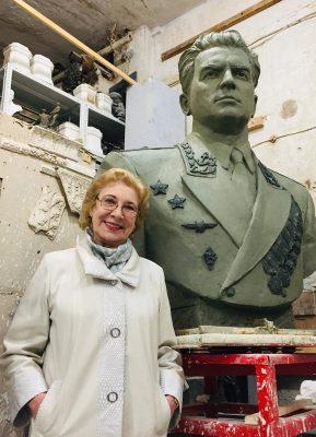 Е.М. Рубина-Чибисова рядом с макетом памятника-бюста