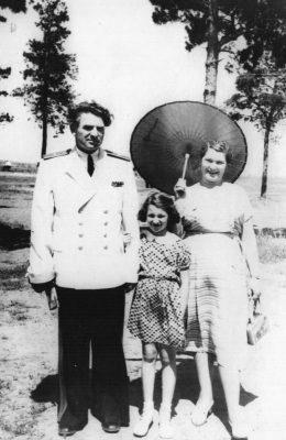 М.Н. Чибисов с женой Розалией и дочерью Еленой на праздновании Дня авиации на аэродроме в Лебяжье. 1956 г