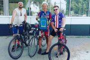 Участники веломарофона (Владимир Шантарин в центре, Александр Ткачев слева и Роман Хахалев). Они еще не знают, что ожидает их через несколько часов!