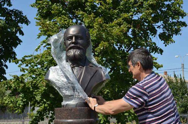 Скульптор Сергей Щербаков и его творение - бюст А.П. Лопухина (автор фото Юлия Карпенко)