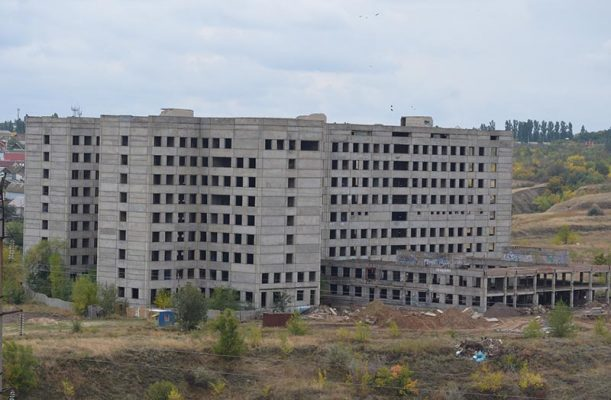 Вид на недостроенную больницу (фото Юлии Карпенко)