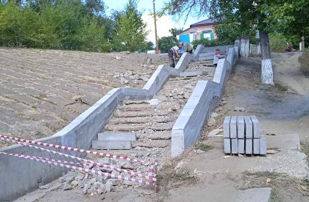 Идёт ремонт лестницы (фото Пётр Баранов)