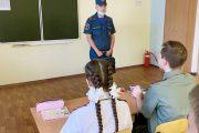Сотрудник МЧС проводят занятия по соблюдению правил пожарной безопасности