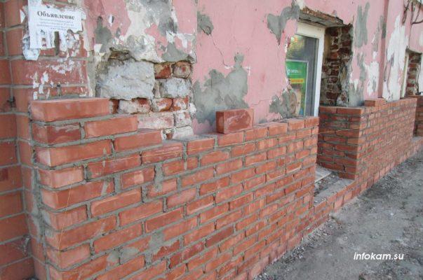 Купеческий дом обкладывают кирпичом
